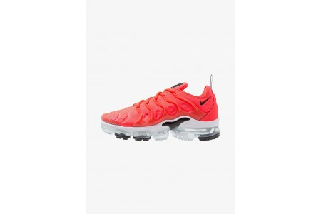 Nike AIR VAPORMAX PLUS - Baskets basses bright crimson/black/white pas cher